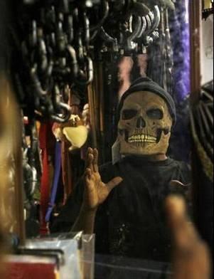 """面具.作为一个传统的""""搞怪""""节日,众多造型奇异的面具是市场上"""