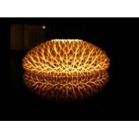 从外形上看相信你已经对它十分感兴趣了,一种设计十分新颖的灯具——LED菊花台灯。它的设计足够让人惊叹了,不点亮时形如洁白无瑕的菊花环绕的菊花台,是一个完美的家居装