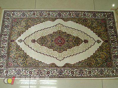 设计师在地毯中融合了大约200种传统花样和人物.