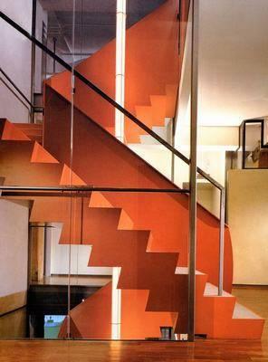 而阁楼楼梯装修成了两层楼之间的