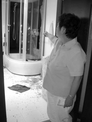 淋浴房钢化玻璃爆炸