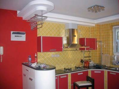 以瓷砖贴面的整体厨柜