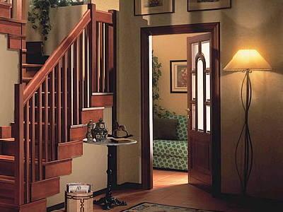 对柱子和扶手的选择,应做到木材和款式尽量般配.    铁制楼梯