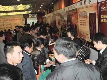 每个展位前都挤满了咨询经销商