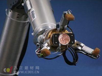 新科技:仿生机械手臂可系鞋带玩扑克牌