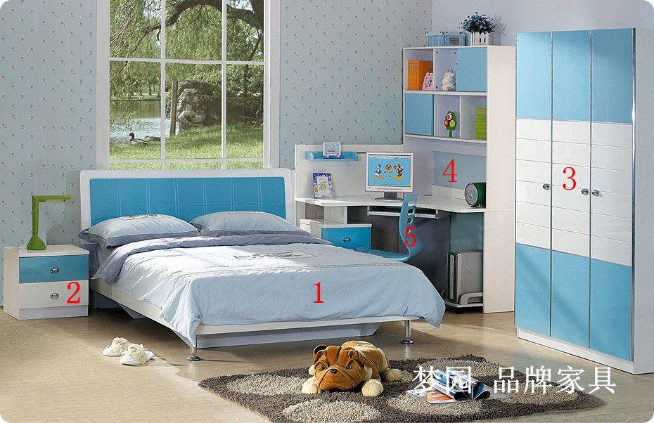 针对青少年儿童群体,进行研发设计。专业设计师设计,集美学、心理学、人体工程学于一体,款式简洁大方而不失可爱。整套家具色系的设计有利于青少年的健康成长,适用年龄3-18岁。选用1.2米床、床头柜、衣柜、书桌标准配备,可为您的孩子提供一个良好的生活与学习环境。 采用高密度环保板材,高档亮光烤漆饰面,国内最高端的成飞五金拉手,精致耐用的门铰及导轨,属于无毒害环保家具。