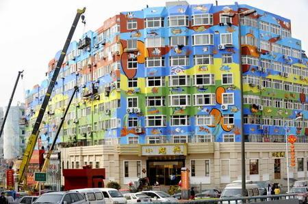 新型环保涂料扮靓城市彩绘楼群