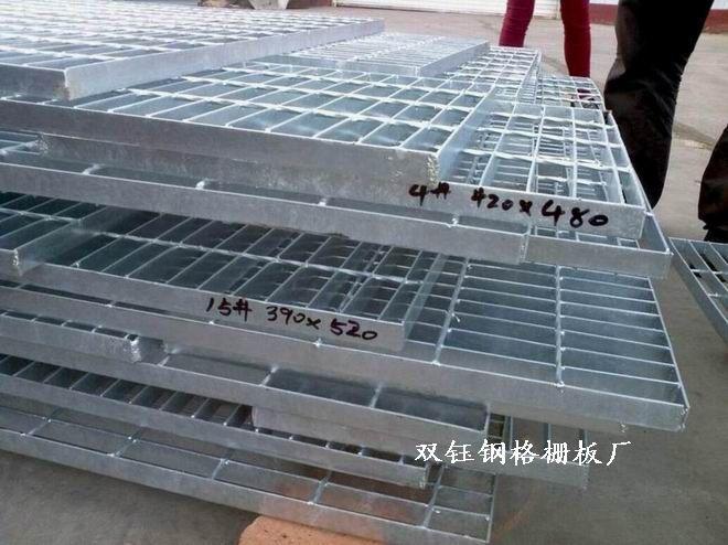 与花纹钢板和其它格栅比较, 钢格板有如下优越性: 节省材料:承受相同荷载条件下最省材料的方式,相应地,可减少支承结构的材料。 减少投资:省材料,省人工,省工期,免清洁和维护。 施工简便:在预安装好的支承上用螺栓夹国定或焊接固定,一人即可完成。 节省工期:产品无需现场再加工,安装非常迅速。 经久耐用:出厂前经热浸锌防腐处理,耐冲击和重压能力强。 现代气派:外形美观,设计规范,通风透光,给人以整体流畅的现代感受。 结构轻便:用材少,结构轻,且易于吊装。 减少风阻:因通风好,遇大风风阻小,减少风力破坏。 防积