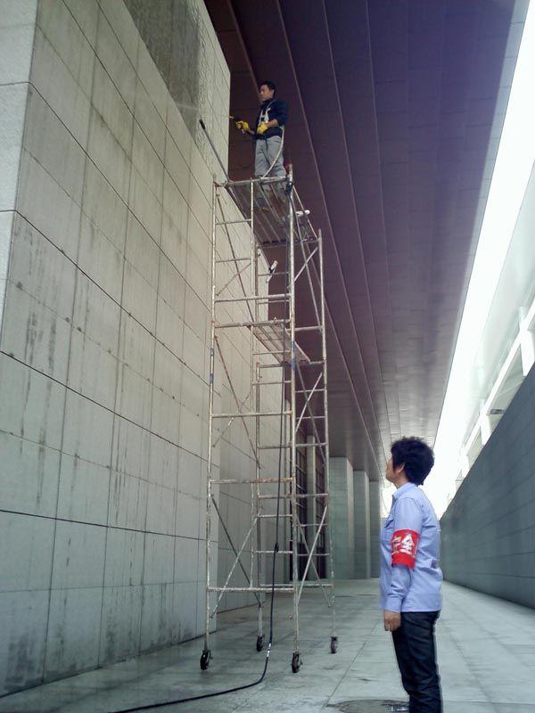 曲面建筑外墙清洗维护设备的研究