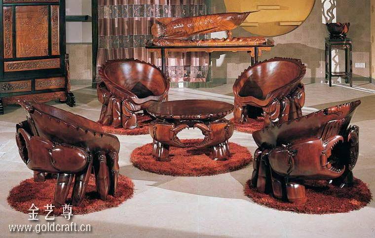 东莞市红旗家具有限公司,成立于2000年元月,前身为东莞市金凯莎家具公司,是一家著名的广东实木家具公司。红旗家具是一家专业设计、开发、生产实木家具的民营科技企业,主导产品为欧式古典家具、中式工艺家具和明清风韵家具。公司发展迅速,目前已拥有:金凯莎、金艺尊、名鼎檀三大品牌,三百余个品种。公司产品定位于以表现文化艺术为内涵,以 纯实木纯手工雕刻为基本加工手法,集实用、观赏、保值、收藏为一体的高档实木家具;产品畅销全国各地,出口东南亚及欧美、中东等国家和地区。  (产品名称:千年海霸螃蟹木雕组椅) 公司的三大