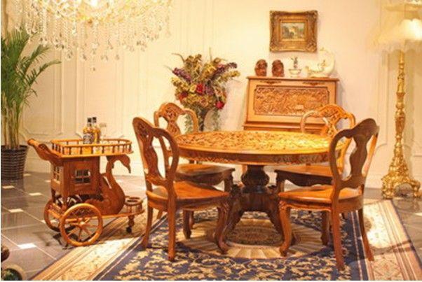 十九世纪中晚期 (英国)全柚木 塞特维那St.villa皇室家具制作 新艺术风格 马塔兰圆餐桌 共同用餐的习惯可以追溯到很早期一些未开化的北欧人那里。但是18世纪初才开始出现专门用于聚餐的房间。随着英国新古典主义风格的出现,餐桌才开始被放置到房间中央,墙壁成为布置另一些餐厅家具的空间,如餐具柜,酒柜,靠墙桌等等。