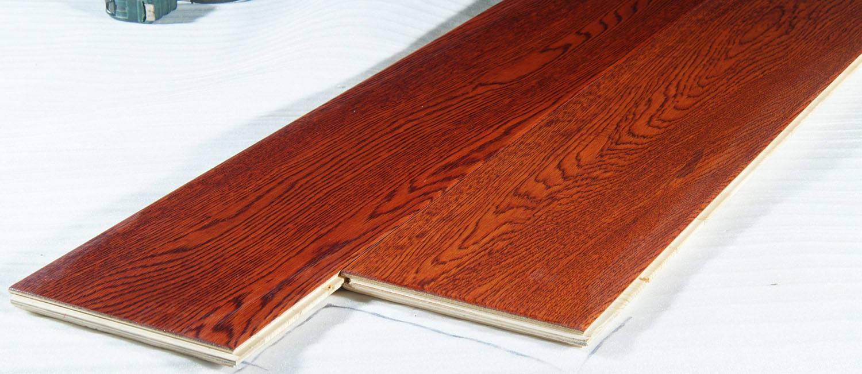 森莱仕实木复合地板分为三层实木复合地板和多层实木复合地板.三层实木复合地板是由三层实木单板交错层压而成,其表层为优质珍贵阔叶材整幅单板,不但保留了实木地板木纹优美,自然的特性,而且运用高科技技术手段,让其花色、造型独特、时尚。芯层由珍贵松木板条组成;底层为旋切杨木单板;摈弃了强化复合地板的不足,又具有实木地板的各种优点。多层实木复合地板是以多层胶合板为基材,以规格硬木薄片或锯切单板为面板,采用水性高分子--异氰酸酯胶粘剂压合而成。有效地改良了木材易变形、翘曲和开裂等不足。其弹性,保暖性等也完全不亚于实木地