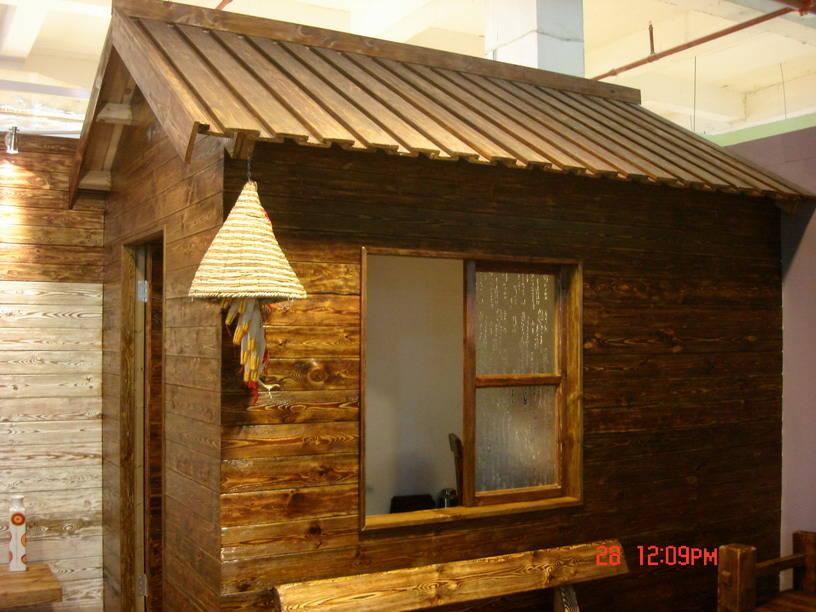 绿色、天然、古典、淡泊 这是深圳博林木业引导国内居家的理念和追求的境界,经资深木艺工程师多年的精心研制,全面抛弃国内主要通过火燎处理,对木材表面烧焦达到仿古效果的方法。独创纯手工工艺流程,博林是国内首家完全通过手工制造体现出木材天然纹理的高档仿古木艺制品公司。 公司所用木材均采用进口美国南方松、樟子松、欧洲赤松等,各类木材经过防腐、防虫、防水处理。使用寿命达30年以上。博林木业拒绝工业标准化产品,每件作为均为精雕细作、手工打造、量身定做、体现个性化的实木艺术精品。广泛应用于别墅、阳台、天顶花园、户外场所、