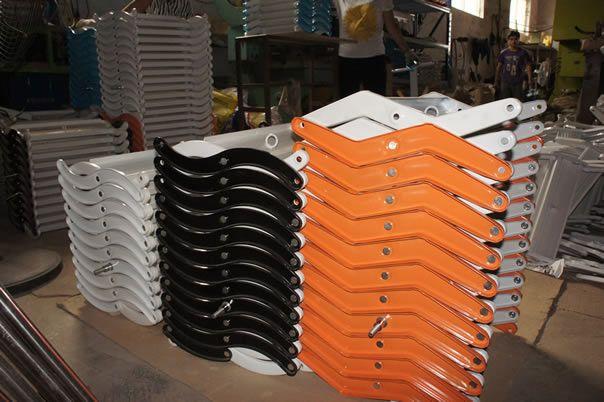 材料:S弯采用2.0mm厚的高强度国标优质钢板冲压而成,表面光滑细腻,圆角形状,踏步采用1.5mm厚的高强度国标优质钢板,表面为平面花纹状;踏步长400mm,宽100mm,每台阶高 250mm以内,表面和边框均为钢质,表面净电喷塑。 门板:采用宽90mm,厚24mm实木多层木板制作成目字形框架,内空填充泡沫,上下粘5mm厚的白色免漆板,门板总厚度34mm,PVC包边。门板表面看不到安装螺丝的痕迹。 配置:固定采用加大连体三角专用铰链代替传统的合页,减少了人工操作的力量,门板开关过程中任何角度可停装置,四根