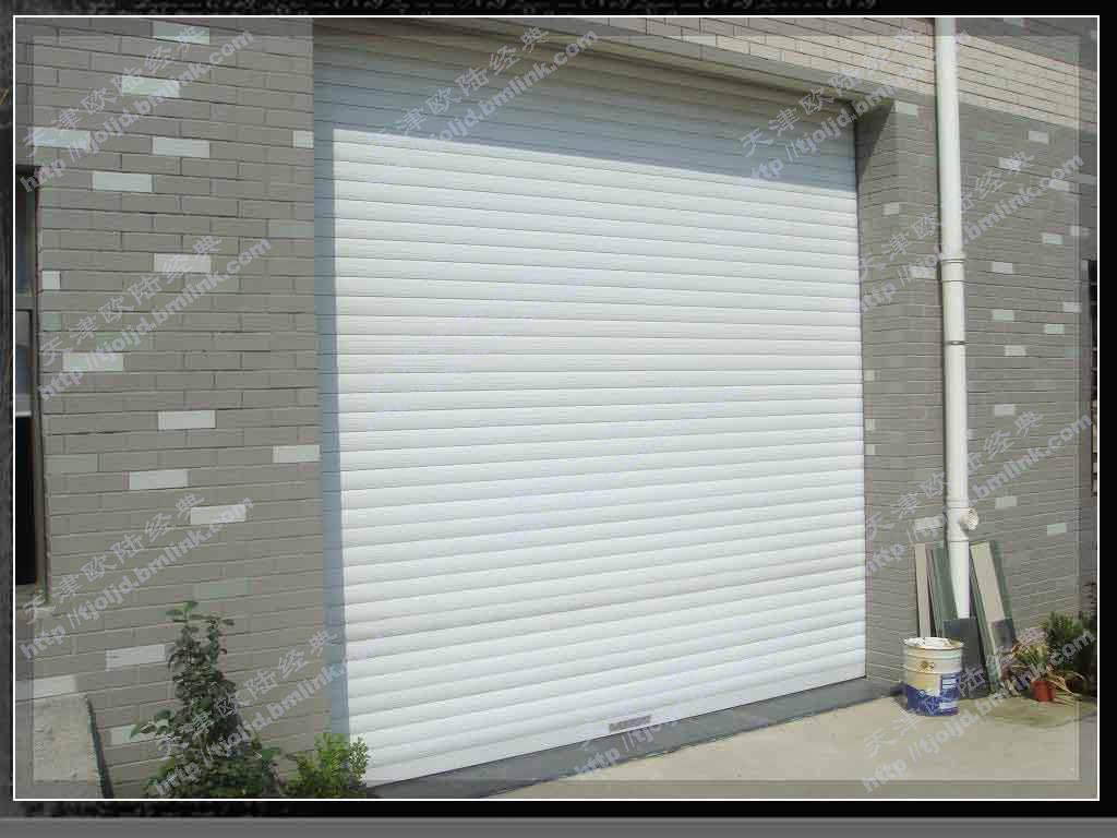 常用规格:   帘片规格:55、66、77、90、100mm   导轨规格:80mm、100mm   电机规格:40Nm-230Nm(管状电机)         250kg--1250kg   常用颜色:白色 诸多优点: 1. 保温节能:新视野欧式保温卷帘每片型材中间填充的环保隔热材料,可以有效保持室内温度,节省大量能源。通过实验表明,使用新视野帘的节能效果可以达到 30% ,是理想的节能环保型建材。 2.