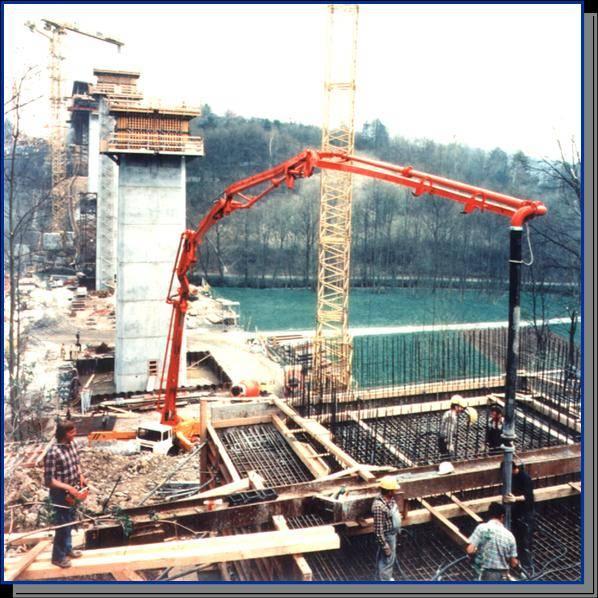 过去,工人在高层建筑工地上进行混凝土灌浆、浇注作业时是用塔吊和吊桶将混凝土一桶一桶从地面吊到几十层的楼面上或几十米的基础坑中。今天,多台混凝土泵车和数台混凝土搅拌车配合工作就可完成(见图)。 混凝土泵车操作时因控制台距泵送作业面有几十米甚至上百米,需数人配合才能完成。长期以来,这种传统操作方式因人员多,效率低,限制了混凝土泵车的性能发挥。对于长距离、大排量的大型泵车,矛盾更为突出。而且,混凝土泵车的购置以及维修保养对经营企业来说一直是一笔巨大的投资。采用无线电遥控系统不但可以最大地发挥整机的性能,而且可保