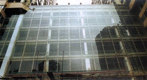构件式玻璃幕墙:即现场在主体结构上安装立柱