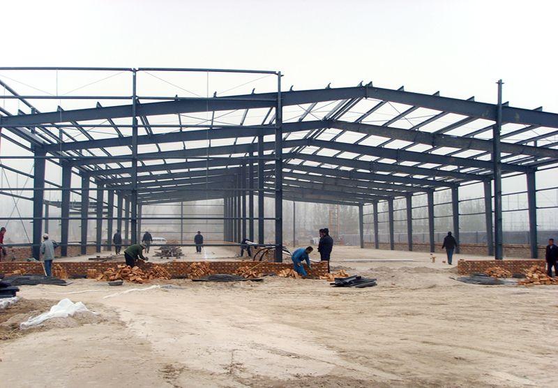 大连钢结构,大跨度空间钢结构只要指的是网架、桁架、网壳结构及其组合结构和杂交结构。大连钢结构,这是一种结构受力合理、重量轻、刚度大、制作安装方便、杆件单一的空间结构体系,在近二十年来使用广泛,而且在大跨度、大柱网的公共和工业建筑中得到广泛应用。大连钢结构公司。它不但可以用作屋盖结构,而且还可以用在楼层结构、墙体结构和特种结构。 大连市万事达钢结构厂是一家专业生彩钢板、大连钢结构厂家,公司本着发展自身和客户事业的原则,对质量和价格提出了严格要求,使产品性价比始终处于市场领先。欢迎各界朋友洽谈合作!