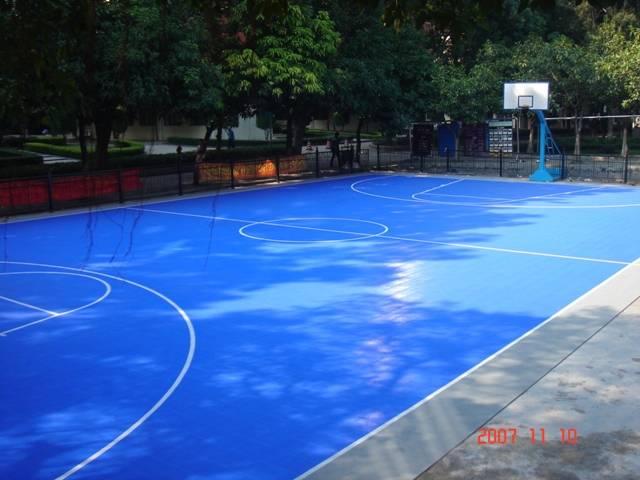 该项目采用--第三代雷风组合式安全地板!经过一天时间的面层铺装和画线,原来的混凝土篮球场不光色彩变的更加鲜活,其运动性能也大大提升,受到学校领导和学生的广泛好评!焕然一新的篮球场已经成为学校里的一道靓丽的风景线!