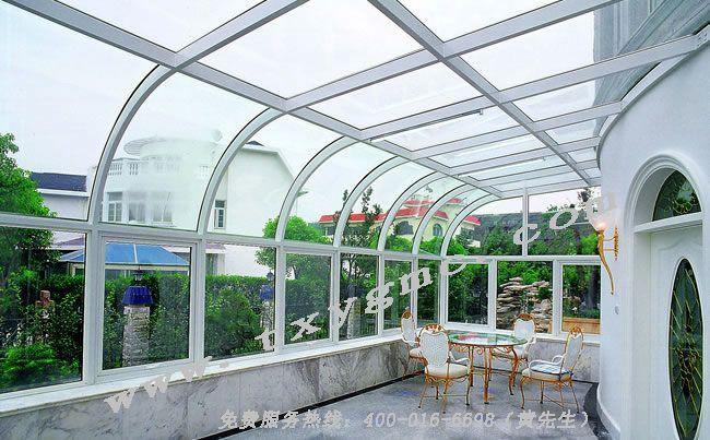【阳光房】 阳光房,是目前国内比较时常舒适,且透明性极强的一种建筑制造工艺。阳光房俗称玻璃房,是非传统建筑,它的建筑立面一般是用阳光板,也可全部选择玻璃的。他的主要用途是:亲近自然、享受阳光、休闲娱乐等。是近几年国内追求时尚的人士推崇的新建筑。北京天下阳光门窗专业经营:断桥铝门窗、阳光房制作、安装等服务。 阳光房主要有5*5、6*8等一些钢管焊接玻璃封顶隔墙的优点,使阳光房更具有牢固耐用和欣赏的特点。 阳光房主要有普通阳光房和点式阳光房两种。普通阳光房是由钢管焊接断桥铝门窗镶嵌中空玻璃盖顶来简单组成,玻璃