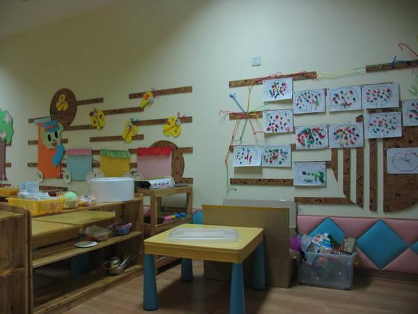 最新幼儿园蒙氏班软木墙科学装饰图片