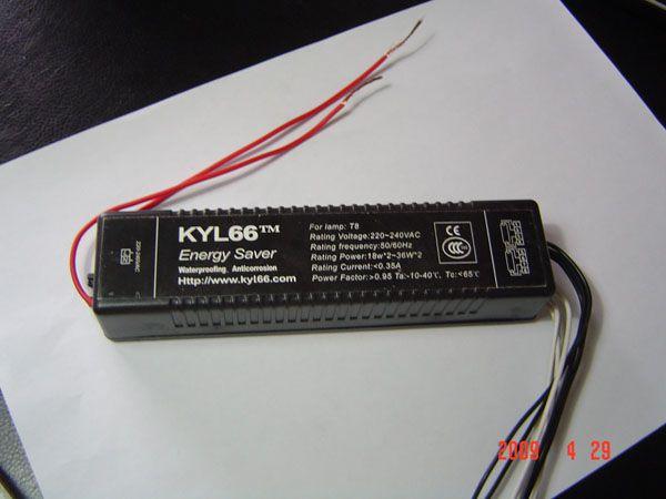 防水电子镇流器,是一种多功能的荧光灯电子镇流器,防水、防潮、防腐,等级达到IP65,主要用于户外或室内湿度大的场合,且具有节能机盒共同的特点 :   1、高省电率,比原有T8荧光灯平均省电40%。   2、超长寿命设计,包用叁年。   3、性能卓越,显色性高,无频闪,功率因数大于0.